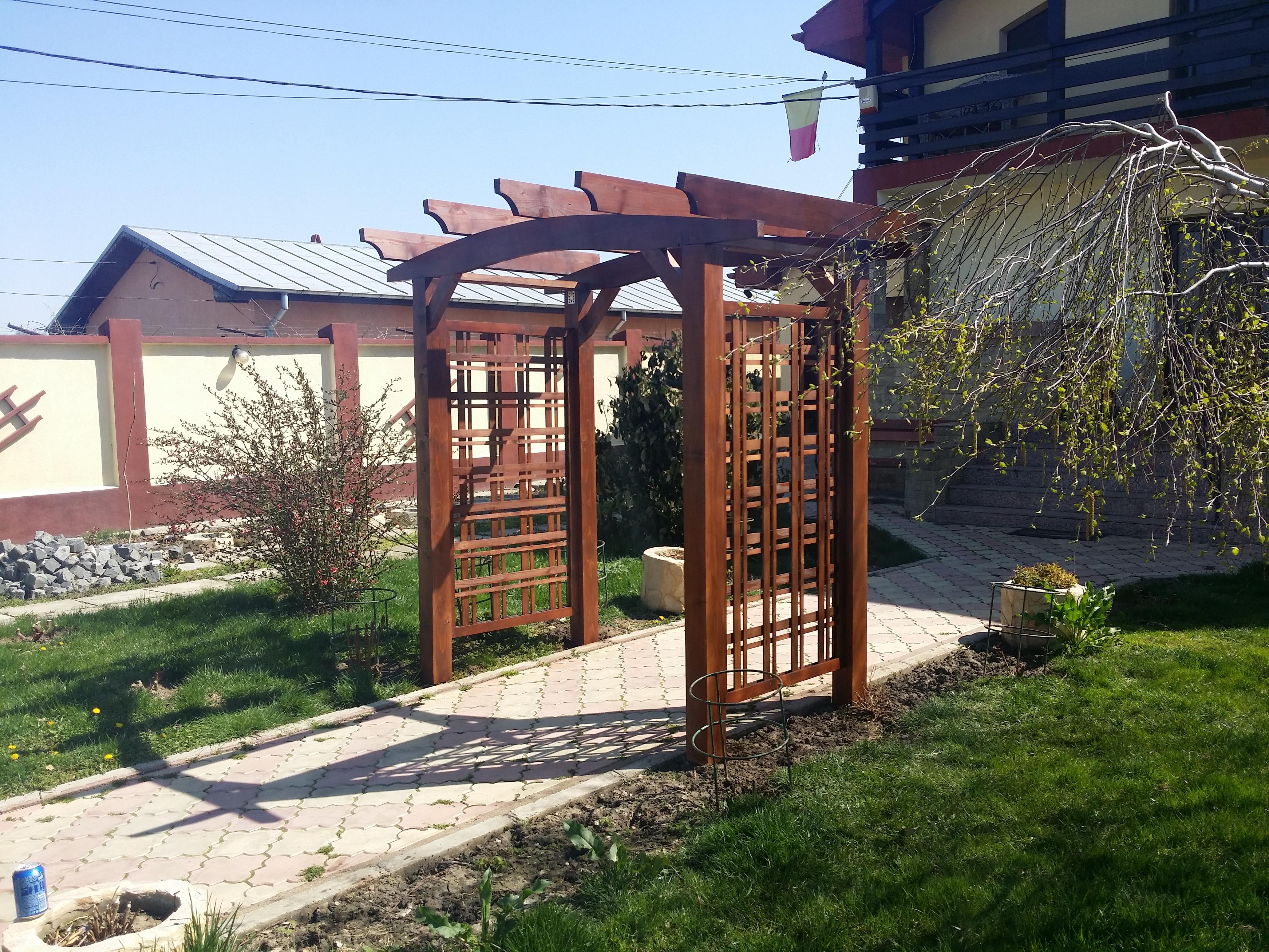 Pergole din lemn pentru trandafiri garduri din lemn for Modele de balcon din lemn