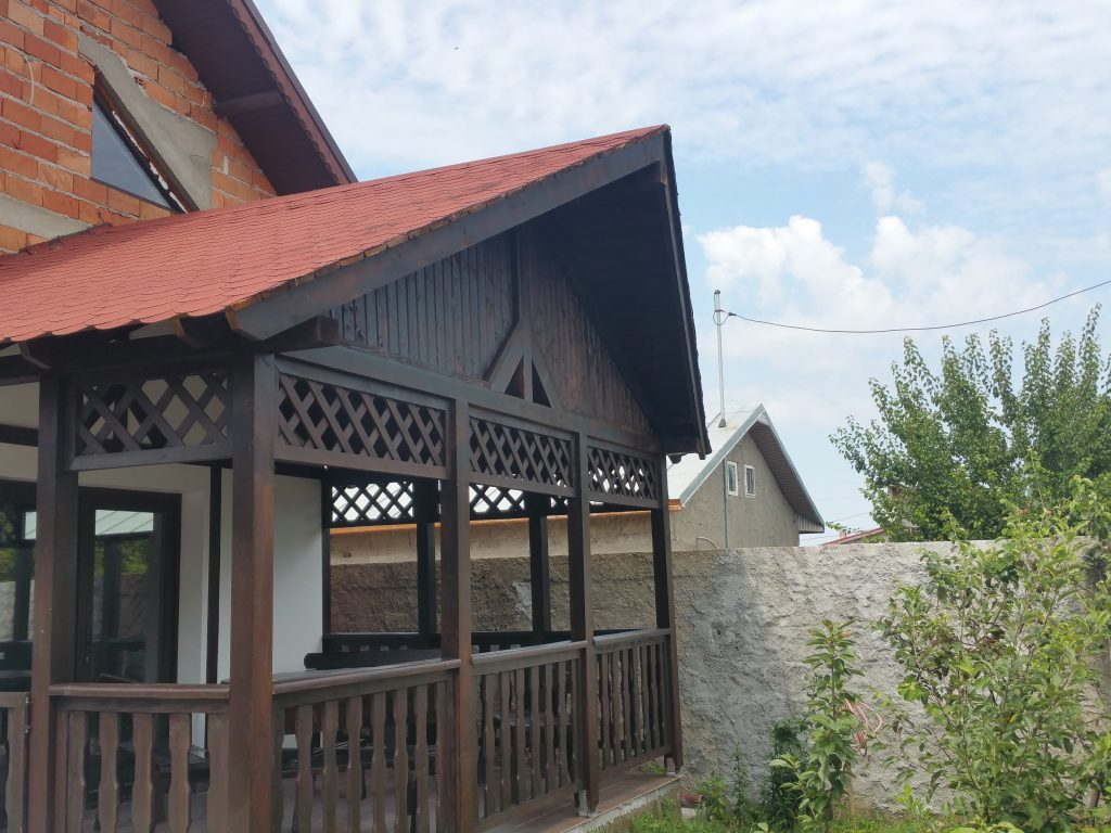 Terase din lemn rustice garduri din lemn modele terase for Modele de balcon din lemn