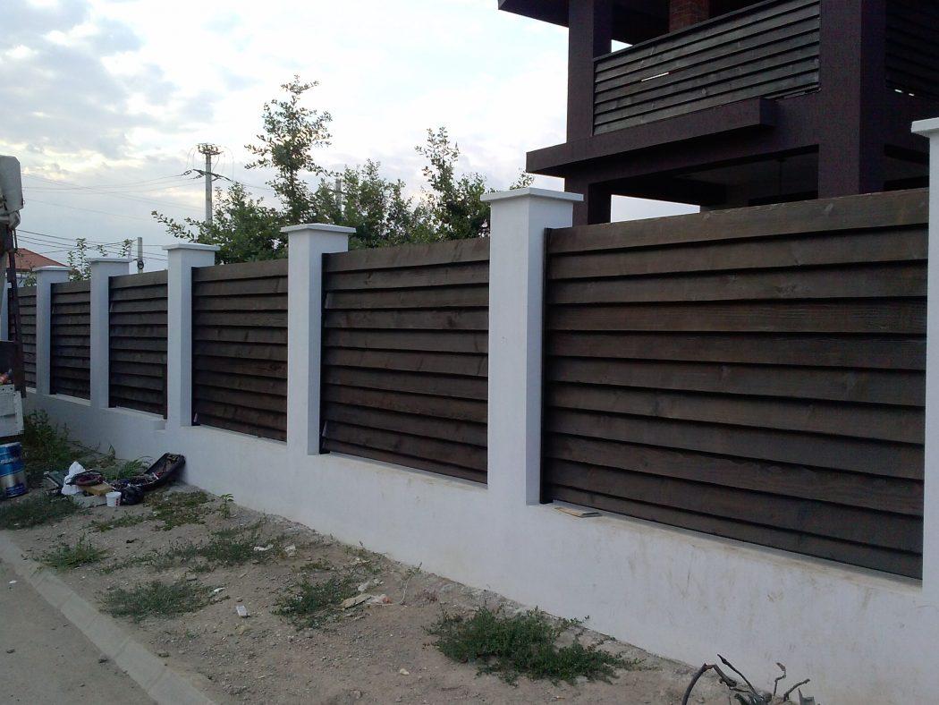 Gard din lemn vopsit garduri din lemn modele terase din for Modele de garduri pentru case
